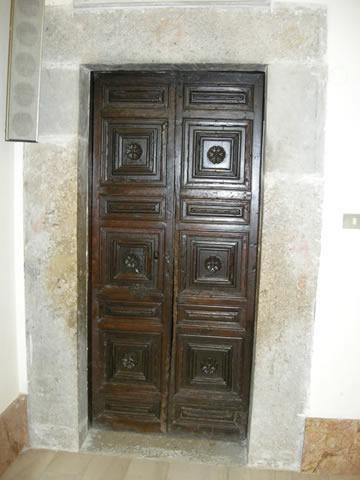 16-cercemaggiore-santuario s maria della libera  porta di accesso allanticamera della sagrestia_hid